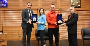 Milli Karateci Serap ÖzçelikArapoğlu, gençlerle buluştu