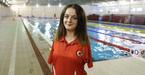 Avrupa şampiyonu yüzücü Sümeyye Boyacı Singapur'da altın madalya kazandı