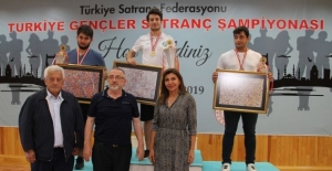 Bursalı satranç sporcusu Canalp Cansun, Gençler Türkiye Satranç Şampiyonu oldu.