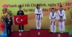 Taekwondocu Hatice Kübra İlgün'dengümüş madalya