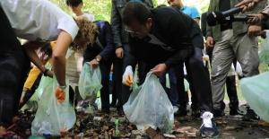 """İmamoğlu, """"Dünya Temizlik Günü""""nde eldivenini taktı, poşetini aldı ve çöp topladı.."""