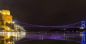 İstanbul'daki köprüler, baş ve boyun kanserine dikkati çekmek için renklendirildi