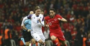 Türkiye - İzlanda maçı berabere bitti: Taraftarlar karşılaşma öncesinde İzlanda milli marşını ıslıkladı
