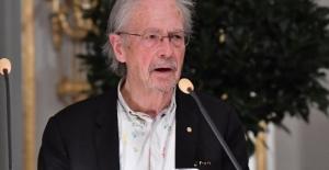 Nobel Ödülü alan yazara tepkiler sürüyor