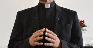 """Fransa'da cinsel istismarda bulunduğunu kabul eden papaz kiliseyi suçladı: """"Bana yardım etmeliydiler"""""""