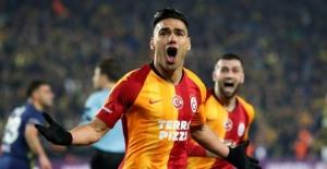Galatasaray 21 yıl sonra Fenerbahçe'yi Kadıköy'de mağlup etti