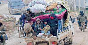 İdlib ve Halep kırsalından kaçan Suriyeliler bilinmeze doğru yürüyor