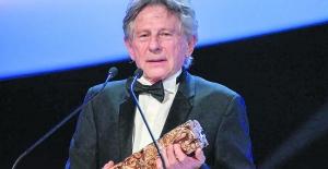 Fransa'nın Oscar'ını alan ünlü yönetmen Polanski törende protesto edildi