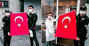 İstanbul Polisi 23 Nisan için vatandaşlara 100 bin bayrak dağıttı