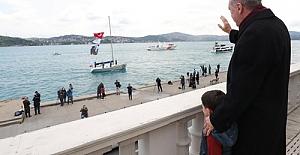 Cumhurbaşkanı Erdoğan, fetih kutlamaları dolayısıyla Boğaz'dan geçen tekneleri selamladı