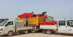 Karacabey'li çiftçi Ali Çakır 100 ton soğanı vatandaşa bağışladı
