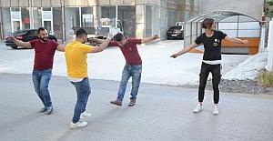Kırıkkale'de ekmek dağıtan gençler sokak ortasında oynamaya başladılar!