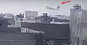Pakistan'da yolcu uçağının düşme anı güvenlik kameralarına yansıdı