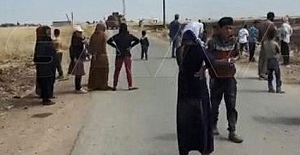 Suriye'de köylüler Amerikan askeri konvoyunu taşladılar
