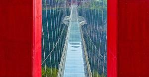 Çin, 526 metrelik dünyanın en büyük cam köprüsünü yaptı