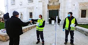 Cuma namazı öncesi 5 büyük camide yaklaşık 8 bin maske dağıtıldı