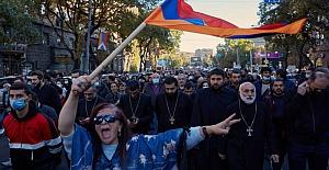 Hükümete karşı ayaklanan Ermeni halkı Ermenistan'ın teslimiyetine ne diyor?