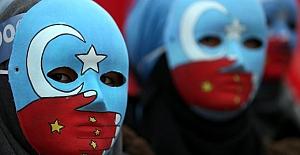 Çin, Sincan Kampları yakınına yüzlerce fabrika kurup, Uygur Türkü Kadınları zorla çalıştırıyor