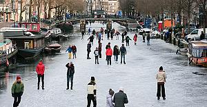 Koronavirüs karantinalarından sıkılan Hollandalılar kendini buzlu sulara attı