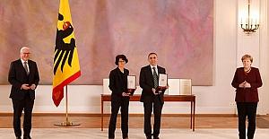 Almanya, Dr. Özlem Türeci ve eşi Prof. Dr. Uğur Şahin'e liyakat nişanı verdi
