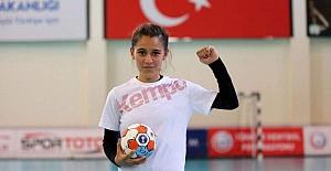 'Sen kızsın oynayamazsın dediler' sözleri paylaşılan 13 yaşındaki hentbolcu Merve Akpınar'a destek yağdı