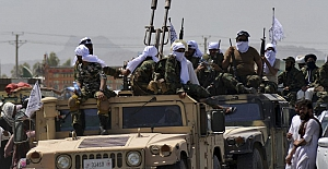 Taliban, el koyduğu ABD teçhizatıyla geçit töreni düzenledi