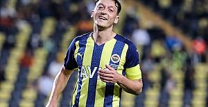 """Menajeri Dr. Erkut Söğüt açıkladı: """"Mesut Özil Fenerbahçe'de kalacak"""""""