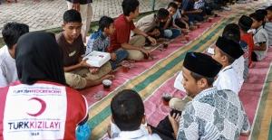 Dünya Yetimleri Kızılay'ın iftar sofrasında